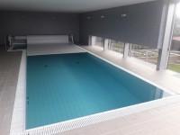 vnitřní bazén s lamelovým krytím